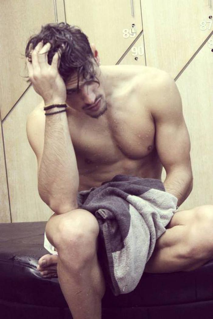 hombre sexy, gay en el gym, sexy en el gym, gay, toalla,
