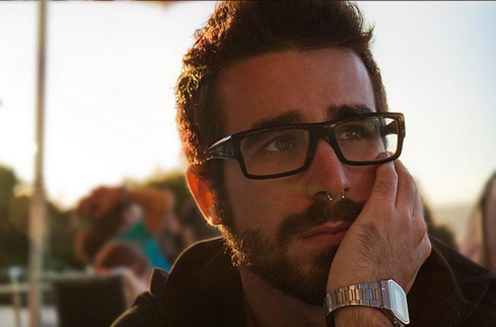 lentes, hombre pensativo, hombre reflexivo, hombre preocupado