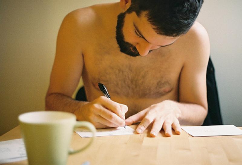 Chavo barbon escribiendo carta