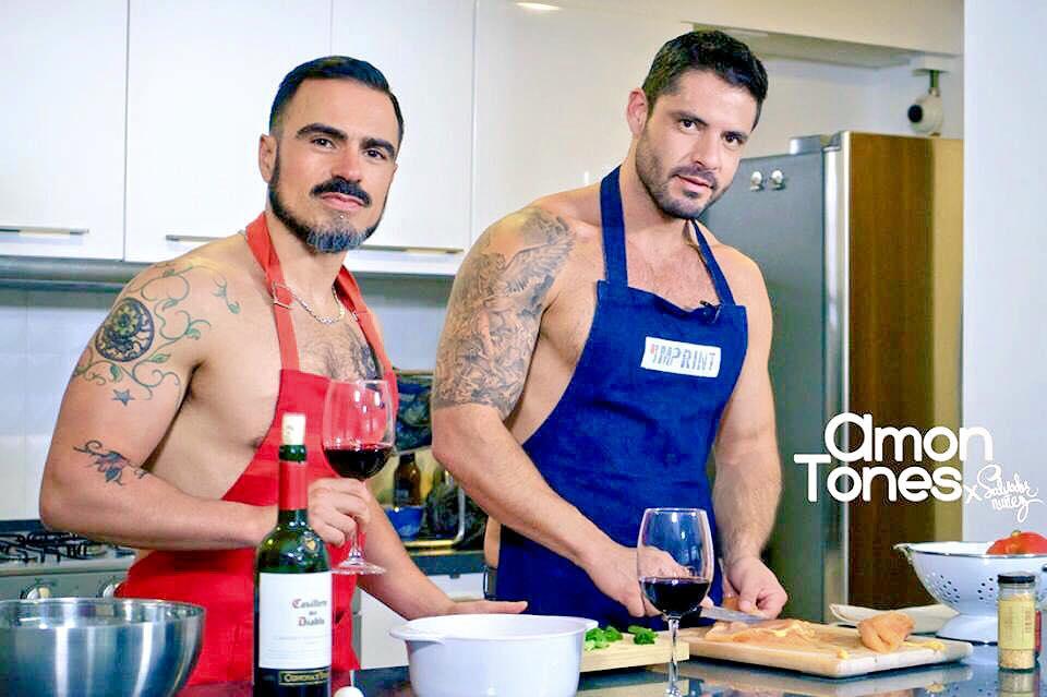 Salvador Nunez y Diego Arnary cocinando en vlog