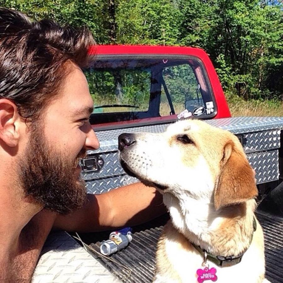 hombre gay feliz con perro