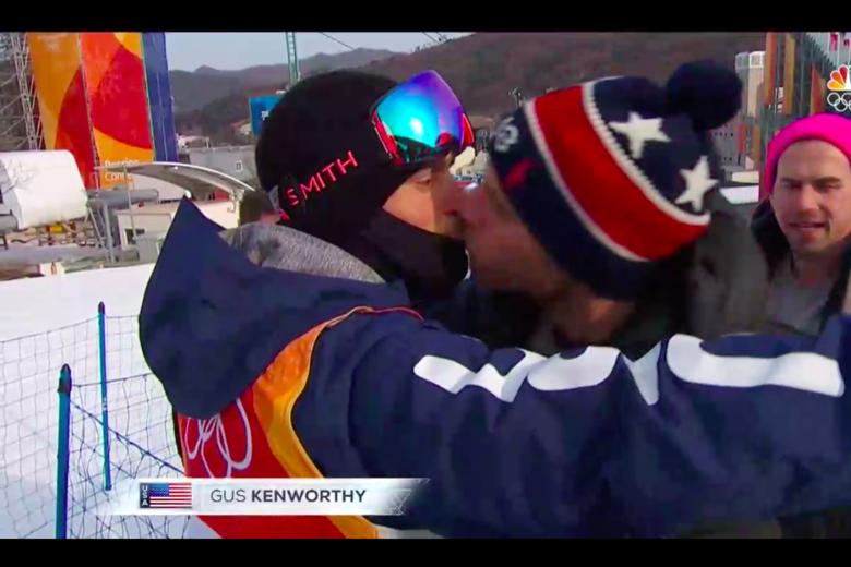 Gus Kenworthy beso a su pareja abiertamente en los juegos olimpicos, beso gay